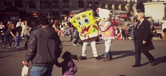 pelea de Bob Esponja y Hello Kitty en Sol