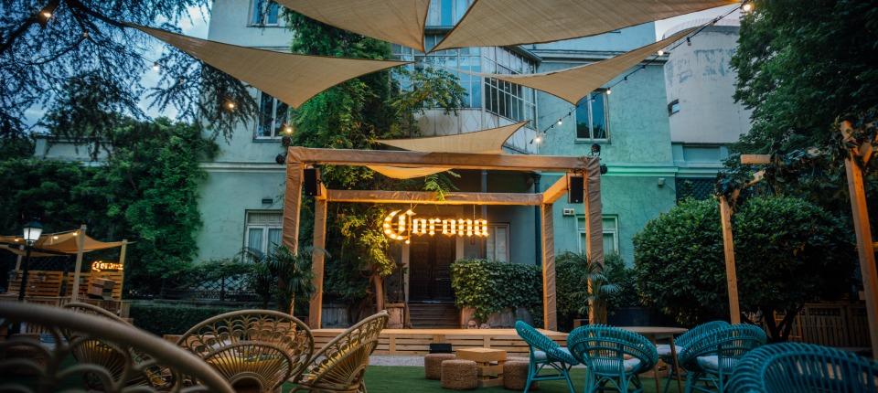 Casa Corona: Un oasis urbano para disfrutar en verano